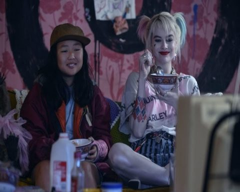 Harley Quinn and Cassandra Cain happily watch television and eat cereal